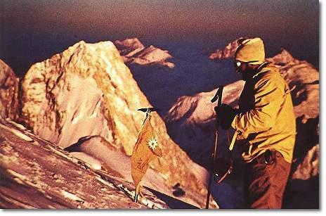 Hermann Buhl en la cima del Broad Peak: 1957