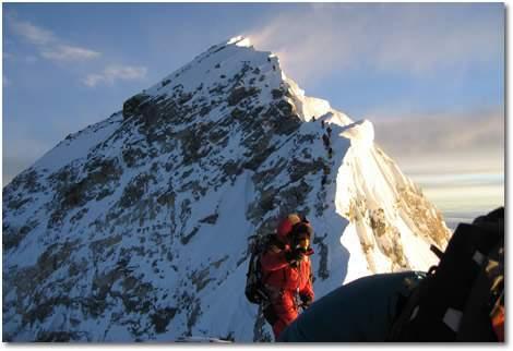 Escaladores en la cumbre sur del Everest.