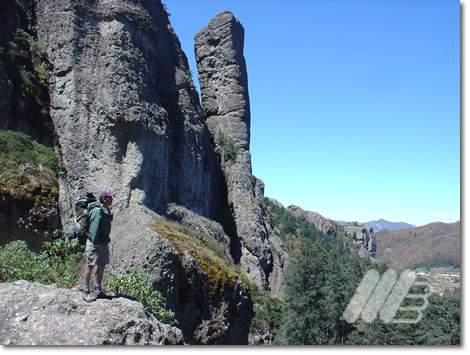 La Pezuña en el macizo de Las Monjas. A la izquierda, la Benito Ramírez