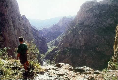La primera visión que tuvimos de la barranca de Candameña desde la cascada de Piedra Volada
