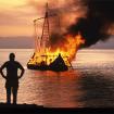 Thor Heyerdahl quema su balsa de papiro Tigris, en protesta por la guerra del Mar Rojo.