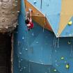 Un escalador supera un paso en el muro principal durante una competencia. Foto: Carlos Rangel