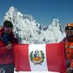 Cumbre del Nevado Pisco (5,752 m), en la Cordillera Blanca, Perú. En la foto Wilder y Eric con la bandera peruana. Foto Renzzo Leon Zubia