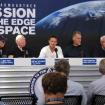 Conferencia de prensa junto con todo su equipo. A su derecha está Joe Kittinger, el anterior poseedor del récord de altitud, establecido en 1960.