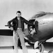 Chuck Yeager junto a su avión Bell X-1, en el que rompiera la barrera del sonido el 14 de octubre de 1947.