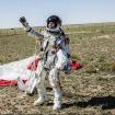Baumgartner levanta los brazos tras haber aterrizado con éxito 39 kilómetros de atmósfera.  Foto: Cortesía de Red Bub Stratos