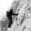 Diego llegando a la reunión después de escalar el colador de hielo y roca. Estábamos ya a dos largos de la antecumbre. Las nubes habían llegado, la visibilidad era de 30-50 metros y amenazaba con nevar pronto. Foto: Daniel Araiza.