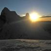 El sol sale detrás del Chacraraju. Foto: SummitPost.org