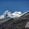 Tras las colinas del Huascarán se asoman algunos picos de los Huandoy. Foto: Carlos Rangel