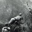 Maurice Herzog es evacuado del Annapurna a espaldas de un porteador.