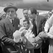 Herzog es llevado en Paris hacia una ambulancia a su llegada a Francia.