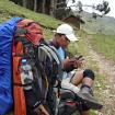 Richard revisando el GPS. Faltan nueve kilómetros y ya vamos siete horas caminando. Faltaban aún tres más. Ese día caminamos 32 kilómetros. Foto: Sergio Ramírez Carrascal