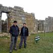 Incas modernos. Foto: Guardia del complejo arqueológico — con Sergio Ramirez Carrascal.