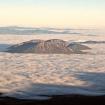 Las derrumbadas asomándose al amanecer a través de un mar de nubes. Foto: Ricardo Constante