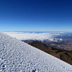 Final de la travesía en el glaciar, cambio de rumbo en línea recta. Al fondo el Volcán Sierra Negra y su telescopio en la cúspide. Foto: Ricardo Constante
