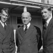: Sir Edmund Hillary (a la izquierda) y George Lowe (derecha) con el gobernador general, Sir Willoughby Norrie, en la Casa de Gobierno en Wellington, después del ascenso al Everest. Foto tomada el 20 de agosto de 1953 por un fotógrafo de Evening Post.