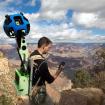 En el Gran Cañón, con la cámara, GPS y haciendo anotaciones para Google Maps.