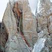 Foto de la cara oeste y la ruta. En color cian se ve la parte que aún no se escalaba para llegar a la cumbre.