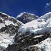 EL Everest se asoma a lo lejos, con su cumbre en lo alto de la pirámide. Foto: David Liaño