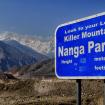 El letrero reza: Vea a su izquierda a la Montaña Asesina, el Nanga Parbat. El mismo día que tomé esa foto estaba sucediendo la matanza de montañistas en esa montaña.