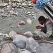Un porteador cruzando un río con la pierna hundida.
