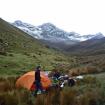 Primer campamento. Atrás el Angoraju (5150 m.) una montaña desconocida de la cordillera Blanca. Foto: Sergio Ramírez Carrascal