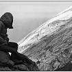 Un montañista fuera del refugio El Queretano, por la vía directa. Al fondo, la pendiente del Popocatépetl y el glaciar donde se practicaba escalada en hielo. Foto: Tellytomtelly, tomada en 1975