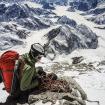 Pedro 400 metros bajo de la cumbre sobre la Cassin Ridge del Denali.