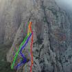 Primera aproximación de interpretación hecha por Héctor Barrón. La línea roja indica nuestra línea de ascenso; la amarilla, la de mi caída; la azul, la línea de ascenso del grupo de rescate (los escaladores) y la verde, la línea por donde bajó la camilla.