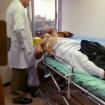 Con el médico, en un hospital de la Ciudad de México. Se nota el parche dejado sobre la herida que dejó colocarme el